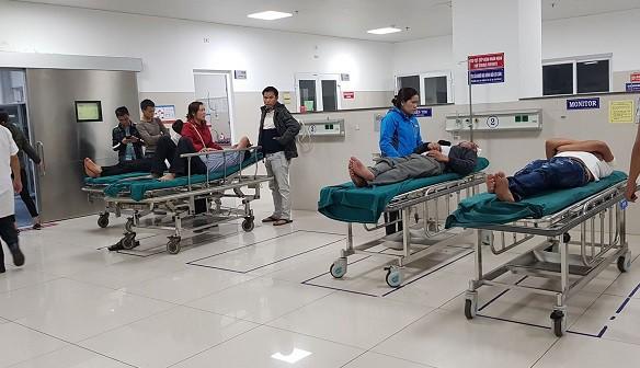 Hàng loạt người nhập viện trong đêm 30 Tết do pháo - Ảnh 1.