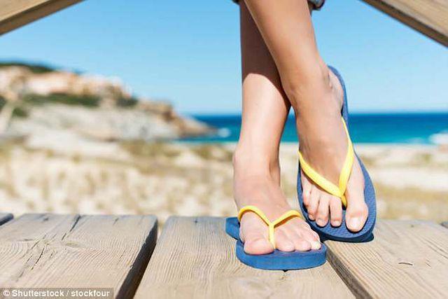 Du khách có thể bị phạt tới 60 triệu nếu đi dép xỏ ngón trong khu vực cấm ở Italia - Ảnh 1.