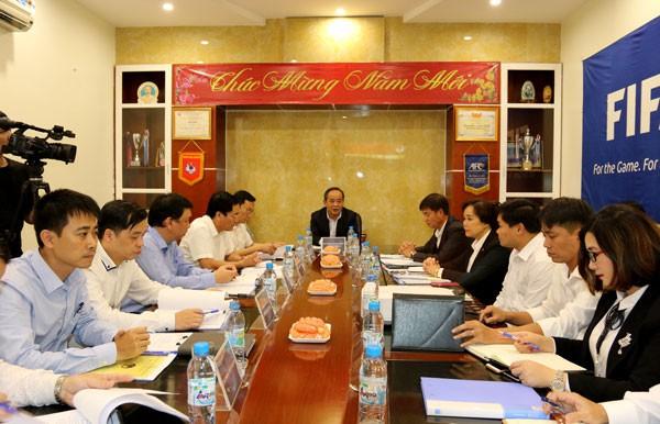 Thứ trưởng Lê Khánh Hải làm việc với Trung tâm đào tạo bóng đá trẻ Việt Nam - Ảnh 1.