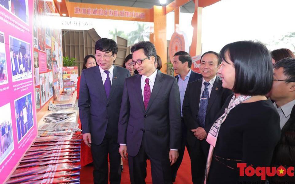 Phó Thủ tướng Vũ Đức Đam thăm gian trưng bày của Liên chi hội nhà báo Bộ Văn hoá, Thể thao và Du lịch