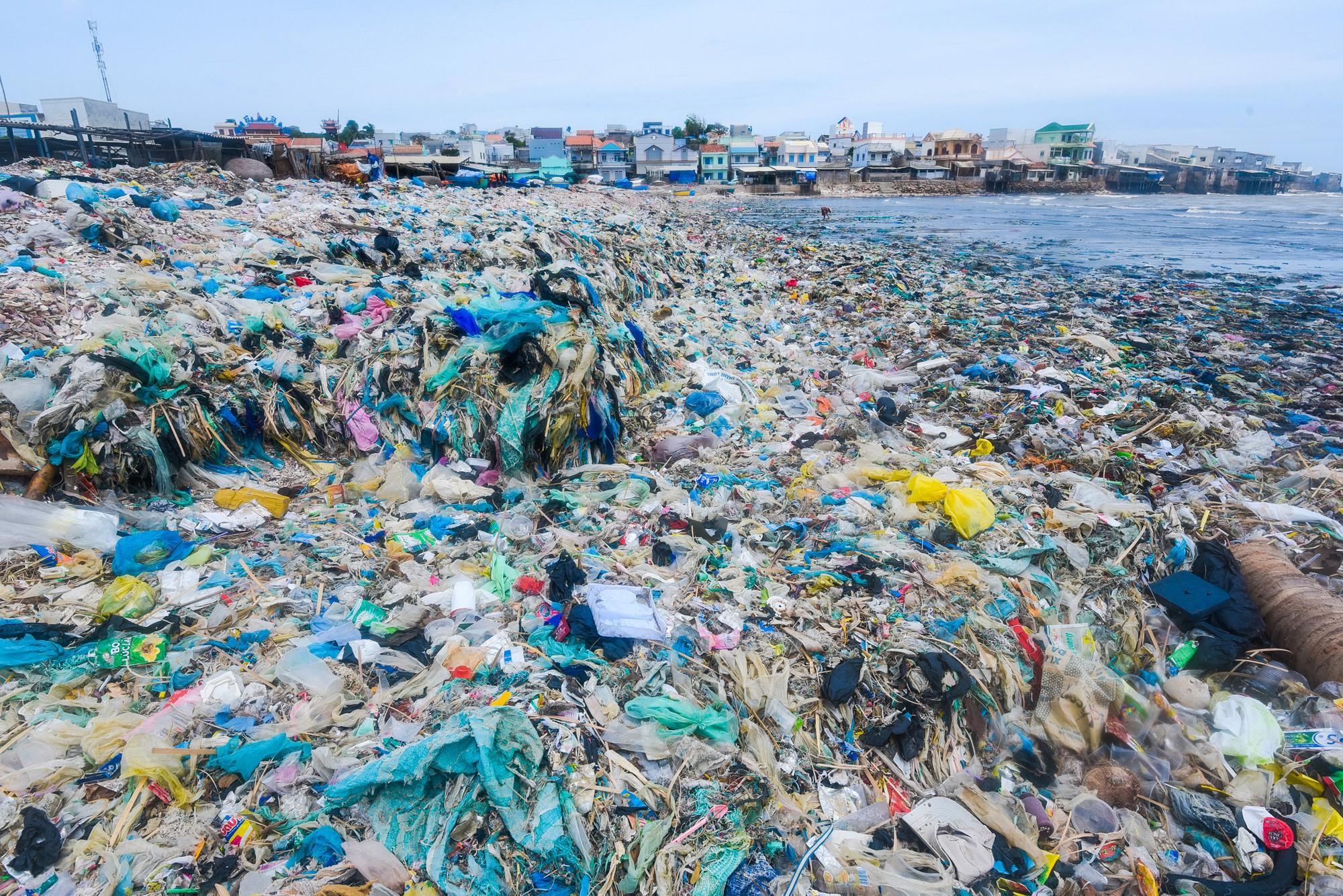Những bức ảnh gây ám ảnh về rác thải nhựa tại bờ biển Việt Nam -