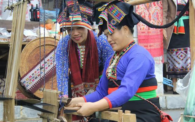 Đồng bào đóng vài trò chủ thể trong việc bảo tồn trang phục truyền thống