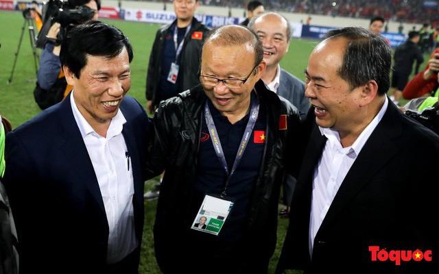 """Bộ trưởng Nguyễn Ngọc Thiện thưởng """"nóng"""" U23 Việt Nam"""
