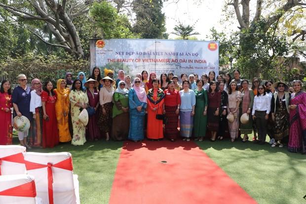Vẻ đẹp áo dài Việt Nam gây ấn tượng mạnh với bạn bè ASEAN và Ấn Độ - Ảnh 4.