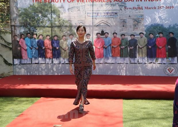 Vẻ đẹp áo dài Việt Nam gây ấn tượng mạnh với bạn bè ASEAN và Ấn Độ - Ảnh 5.