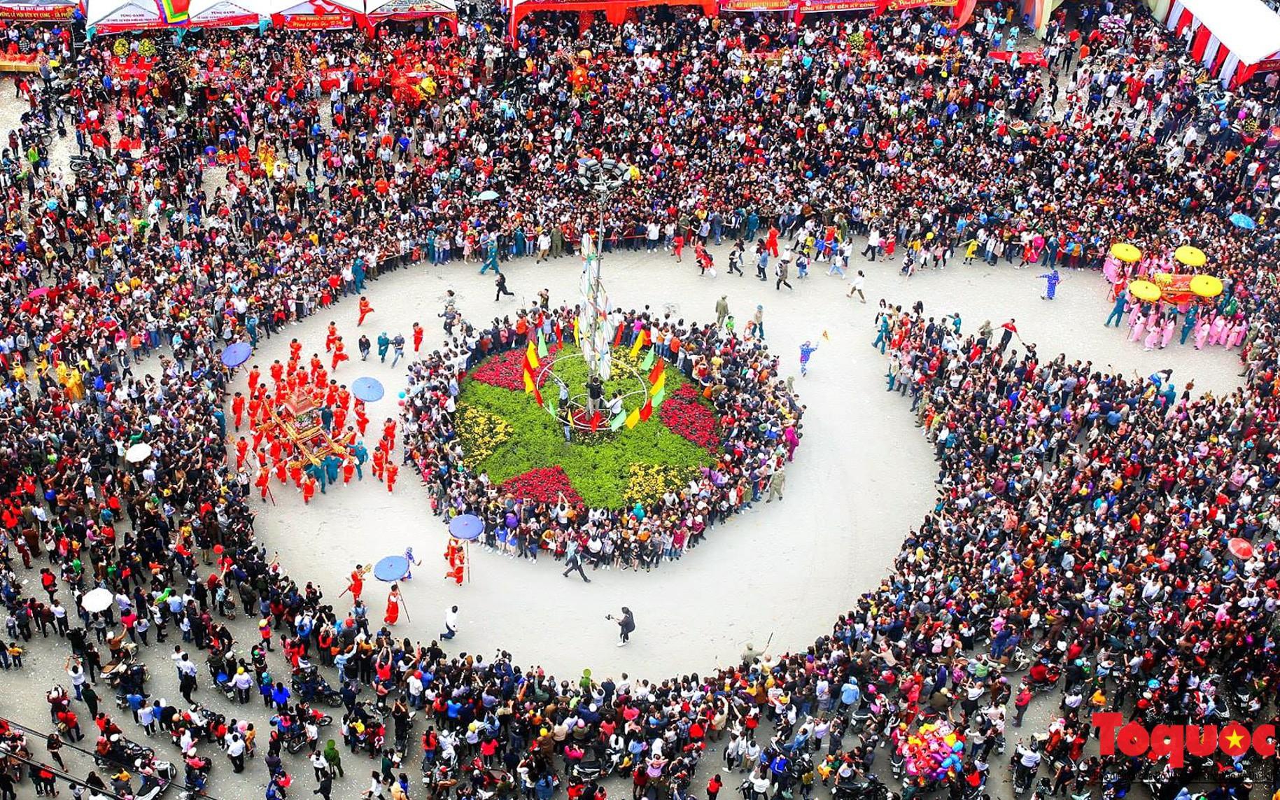 Hàng ngàn người đổ về đường phố Lạng Sơn tham gia lễ hội lớn nhất Năm