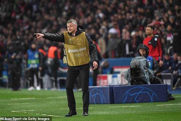 Ngã ngửa trước lý do HLV Solskjaer phải mặc áo yếm dự bị khi chỉ đạo Man United đối đầu PSG - Ảnh 1.
