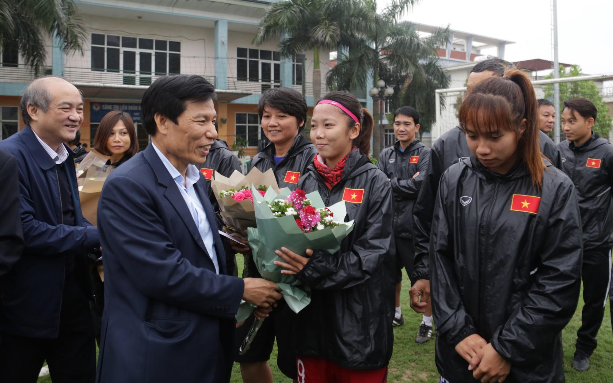 Bộ trưởng Nguyễn Ngọc Thiện tặng hoa cho các cầu thủ nữ nhân ngày 8/3
