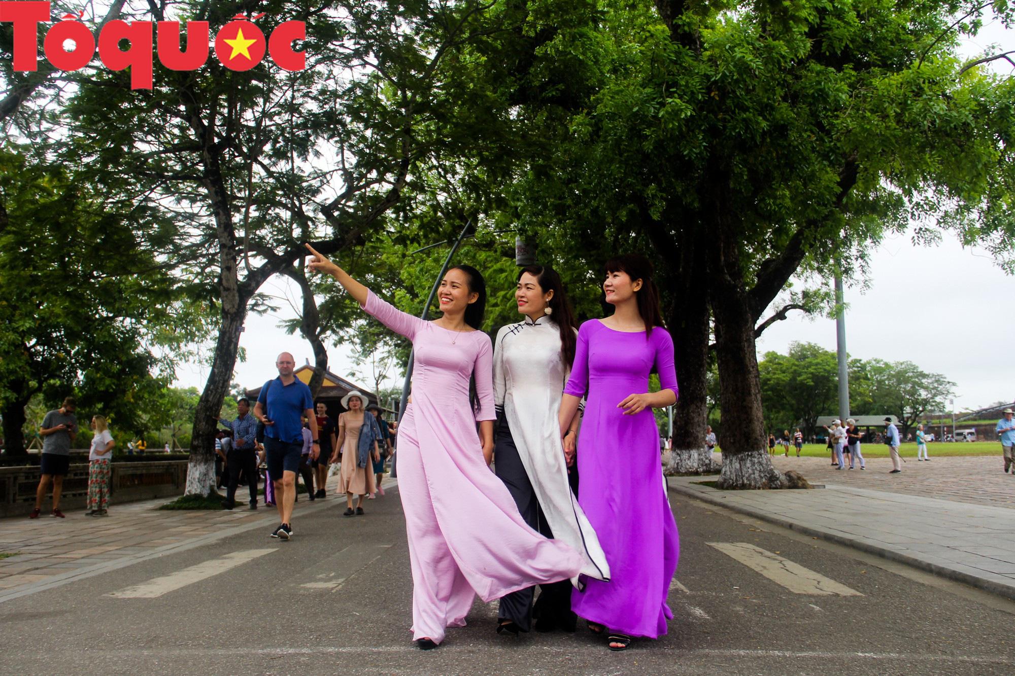 Ấn tượng hình ảnh hàng trăm tà áo dài thướt tha trong Đại Nội Huế ngày 8/3 - Ảnh 2.