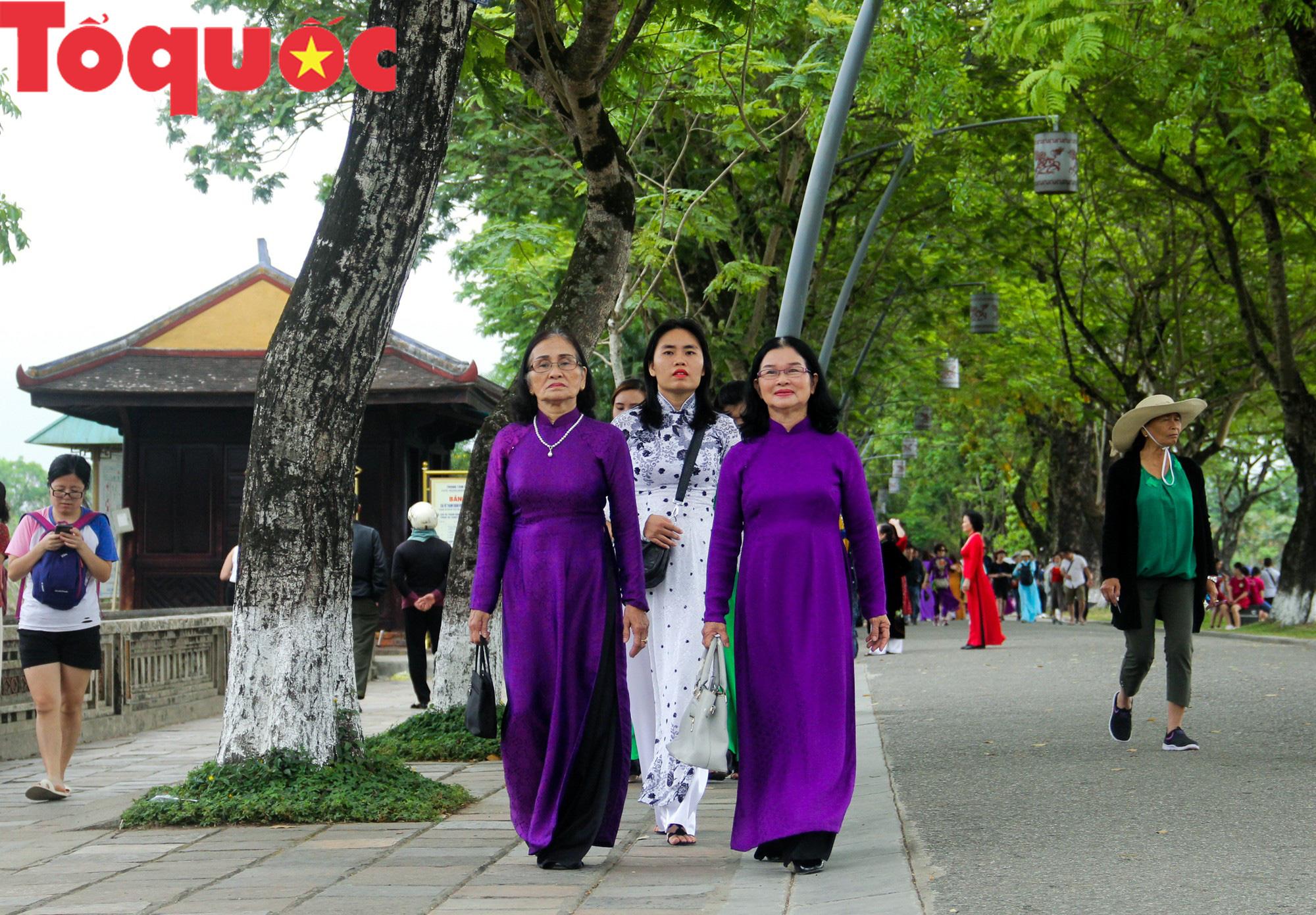 Ấn tượng hình ảnh hàng trăm tà áo dài thướt tha trong Đại Nội Huế ngày 8/3 - Ảnh 5.
