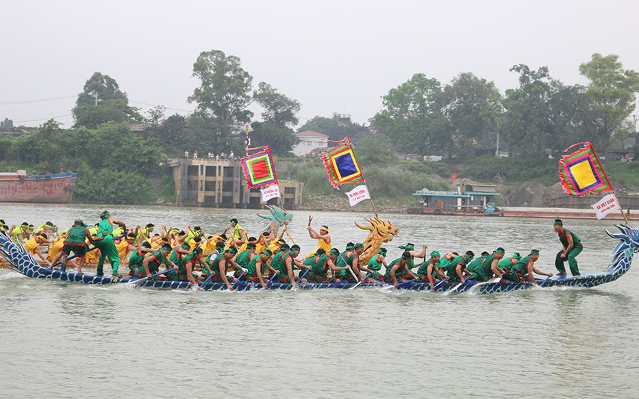 Hàng nghìn người cổ vũ Hội thi bơi chải truyền thống trên sông Lô 2019
