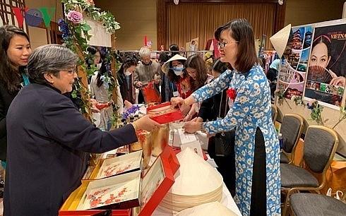 Hội chợ từ thiện của Hội hữu nghị phụ nữ châu Á   TBD - Ảnh 1.