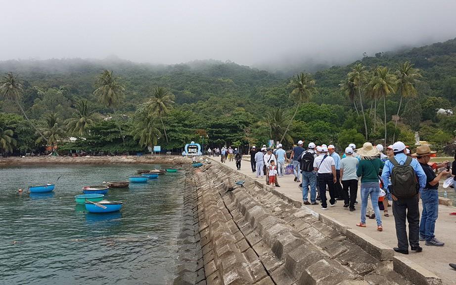 """Đảo Cù Lao Chàm đón lượng khách du lịch """"khủng"""" dịp nghỉ lễ Giỗ tổ Hùng Vương"""