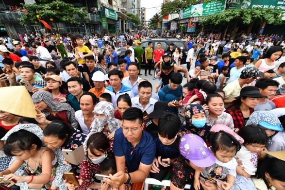Người dân, du khách đổ bộ ra đường thưởng thức Carnival đường phố Sầm Sơn 2019 - Ảnh 11.