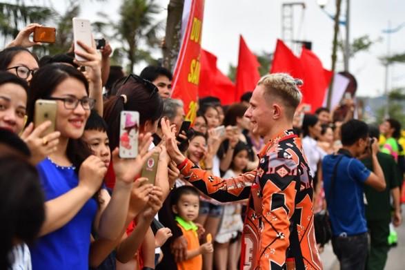 Người dân, du khách đổ bộ ra đường thưởng thức Carnival đường phố Sầm Sơn 2019 - Ảnh 4.