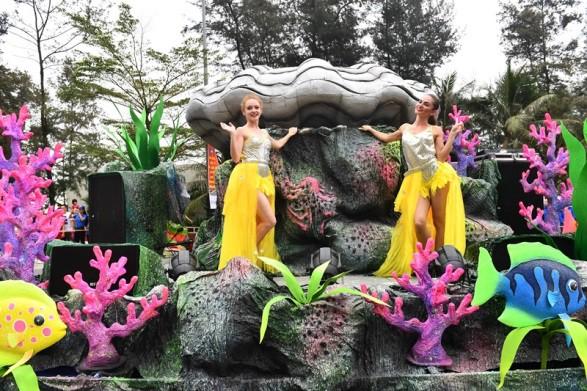 Người dân, du khách đổ bộ ra đường thưởng thức Carnival đường phố Sầm Sơn 2019 - Ảnh 5.