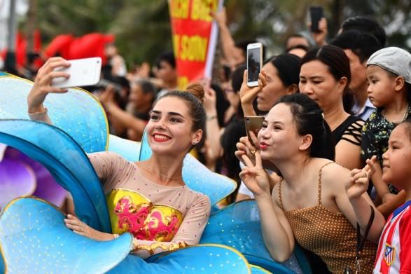 Người dân, du khách đổ bộ ra đường thưởng thức Carnival đường phố Sầm Sơn 2019 - Ảnh 9.