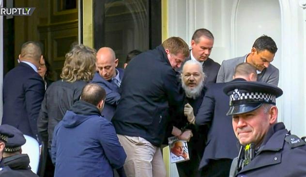Lời kêu cứu gan ruột từ người cha của nhà sáng lập WikiLeaks - Ảnh 1.