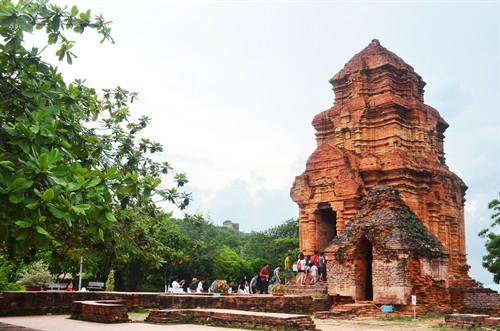 Miễn phí cho học sinh đến tham quan Di tích kiến trúc nghệ thuật tháp Pô Sah Inư - Ảnh 1.