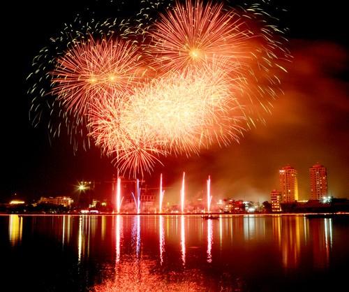 Bắn pháo hoa trong đêm khai mạc Năm Du lịch quốc gia và Festival Biển Nha Trang - Khánh Hòa 2019 - Ảnh 1.