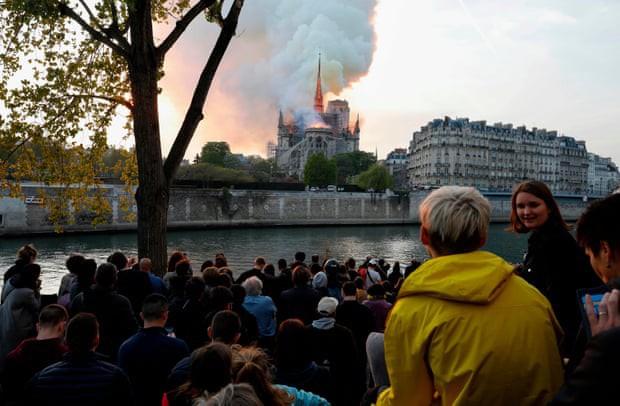 Người dân Paris đau đớn nhìn ngọn lửa dữ dội trước mắt: Paris mà không có Nhà thờ Đức Bà thì không còn là Paris nữa. - Ảnh 1.