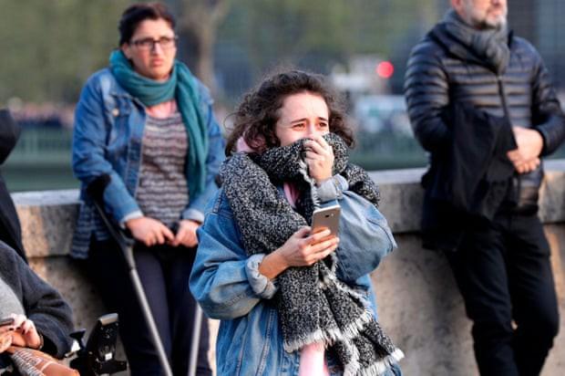 Người dân Paris đau đớn nhìn ngọn lửa dữ dội trước mắt: Paris mà không có Nhà thờ Đức Bà thì không còn là Paris nữa. - Ảnh 2.