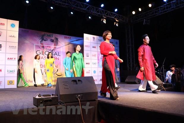 Quảng bá áo dài Việt Nam tại Tuần lễ thời trang toàn cầu ở Ấn Độ  - Ảnh 1.