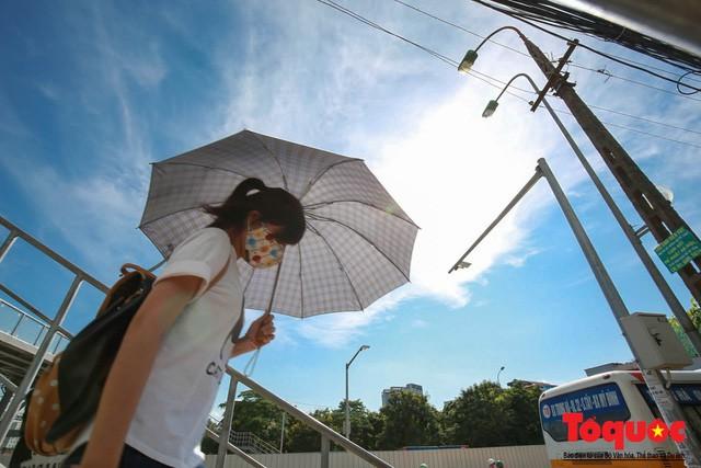 Hà Nội hứng chịu nắng nóng đỉnh điểm, nhiệt độ thực tế ngoài trời hơn 40 độ - Ảnh 1.