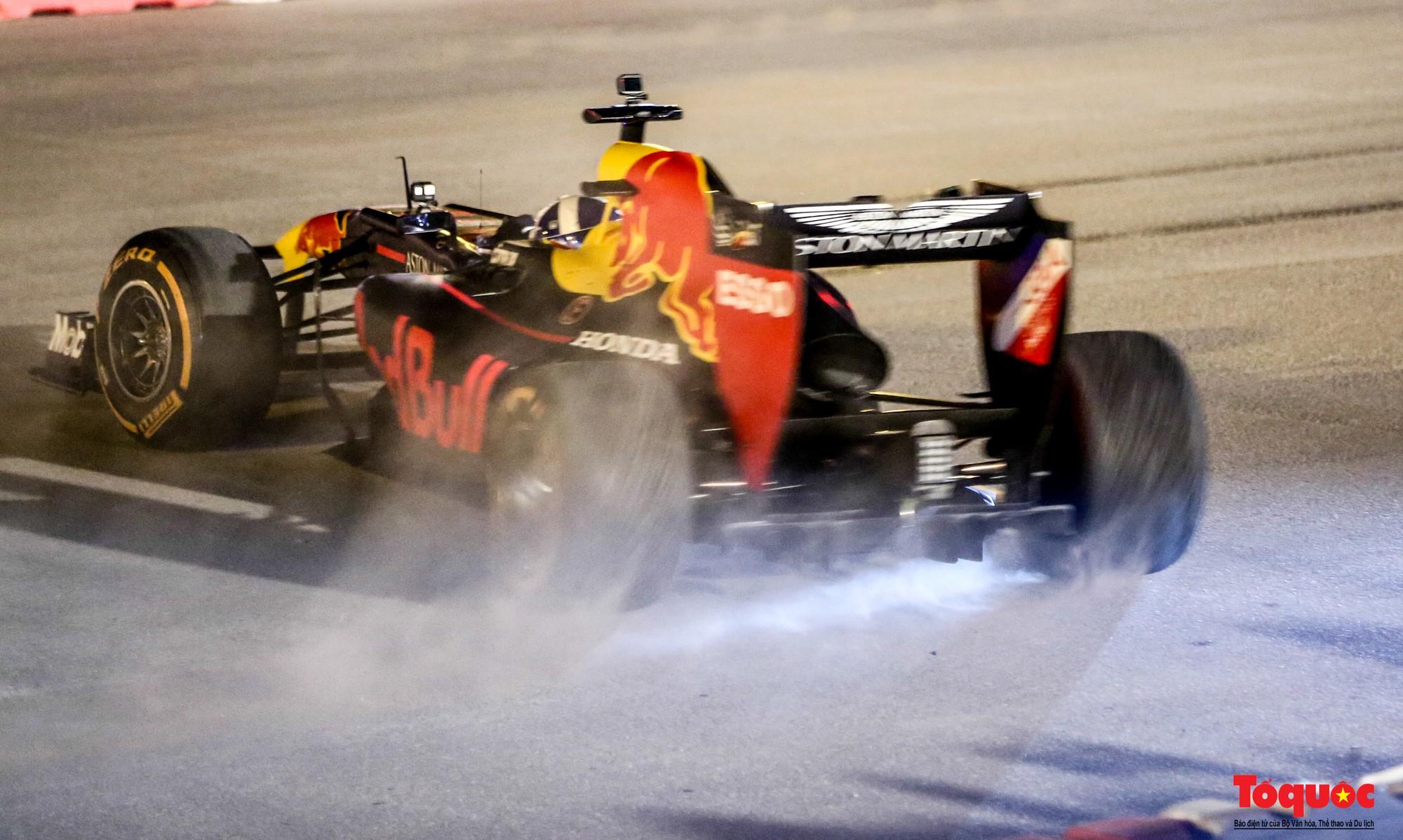 Mãn nhãn với mãnh thú F1 gầm rú và đốt lốp trên đường Hà Nội - Ảnh 23.