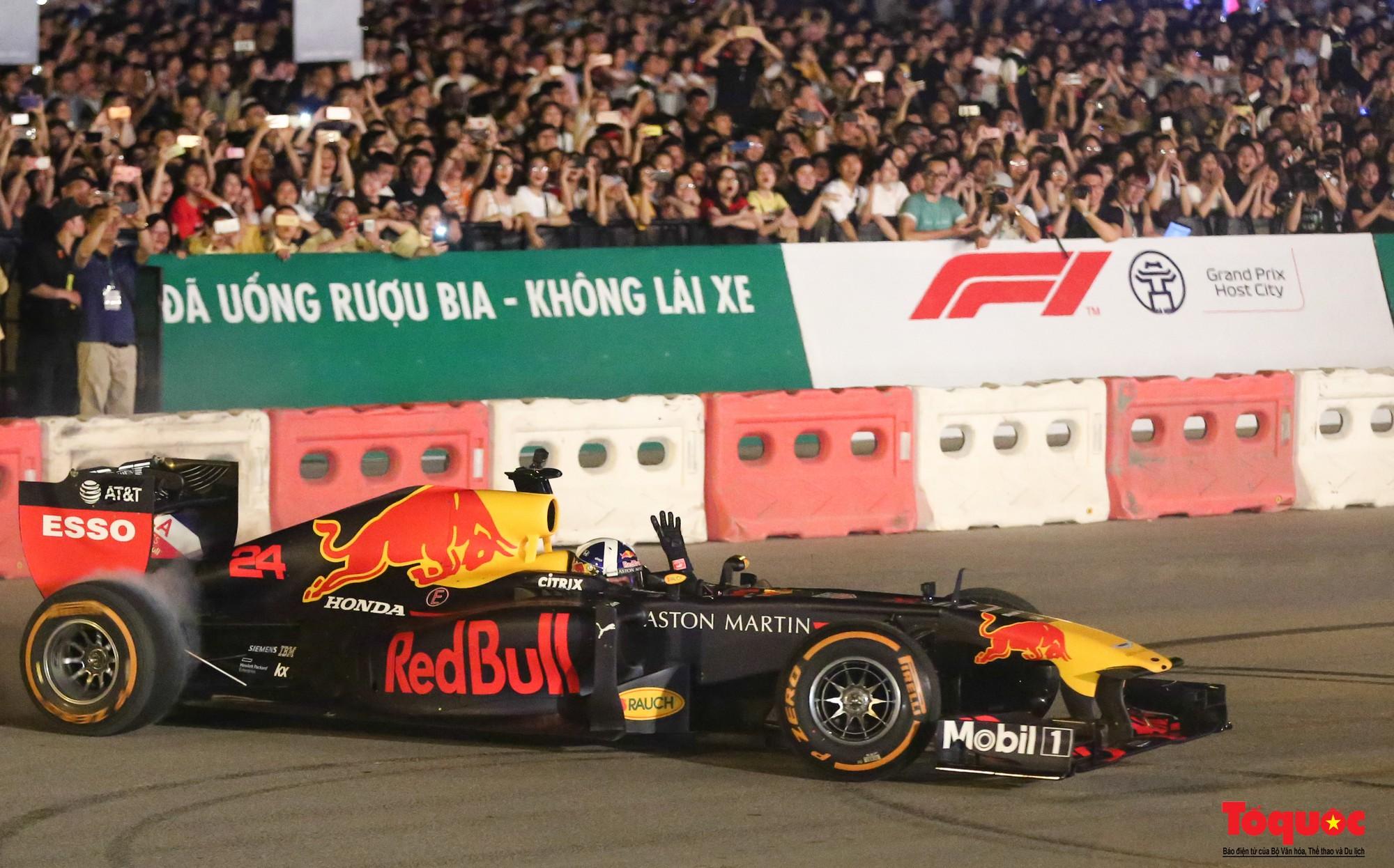 Mãn nhãn với mãnh thú F1 gầm rú và đốt lốp trên đường Hà Nội - Ảnh 9.