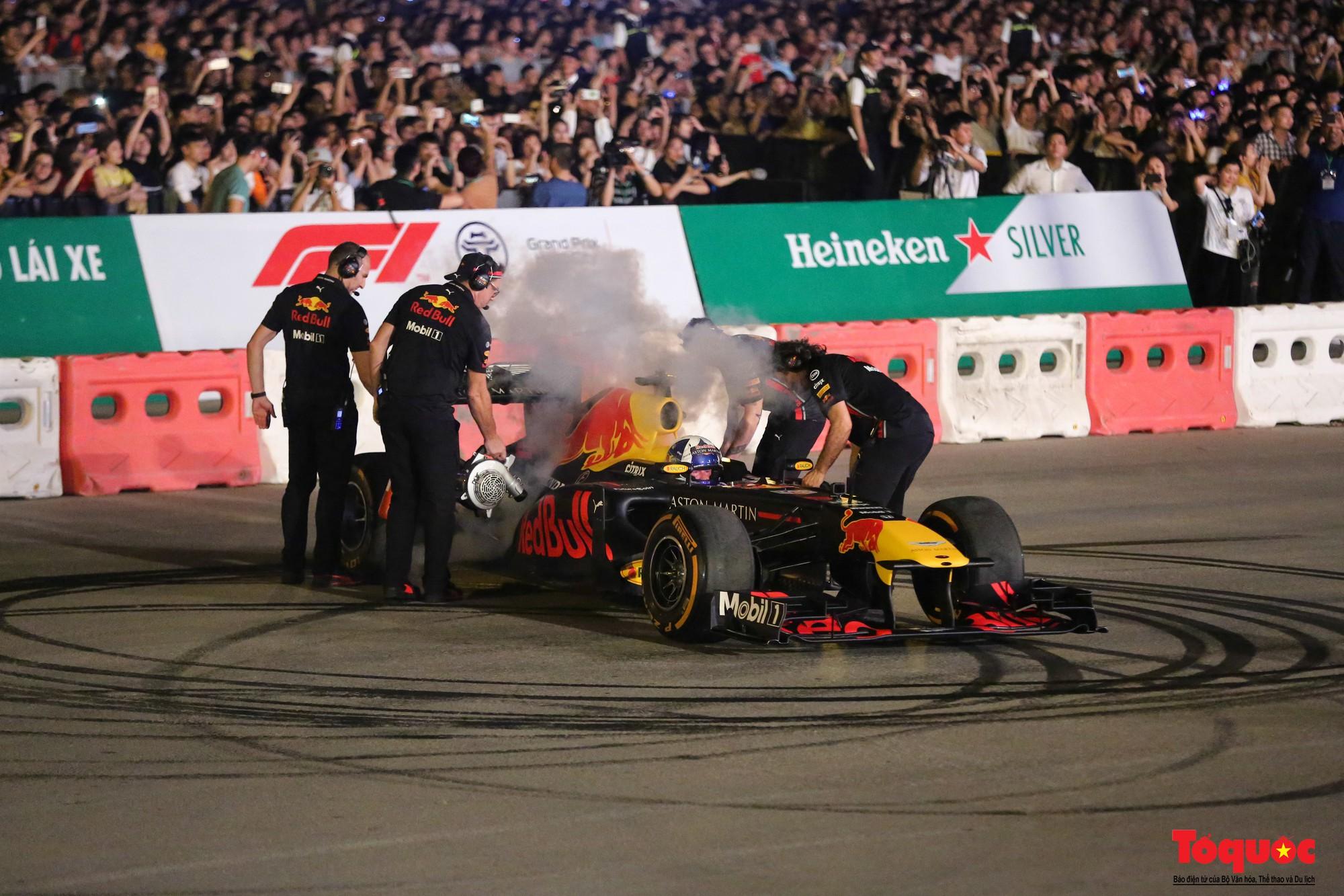 Mãn nhãn với mãnh thú F1 gầm rú và đốt lốp trên đường Hà Nội - Ảnh 7.