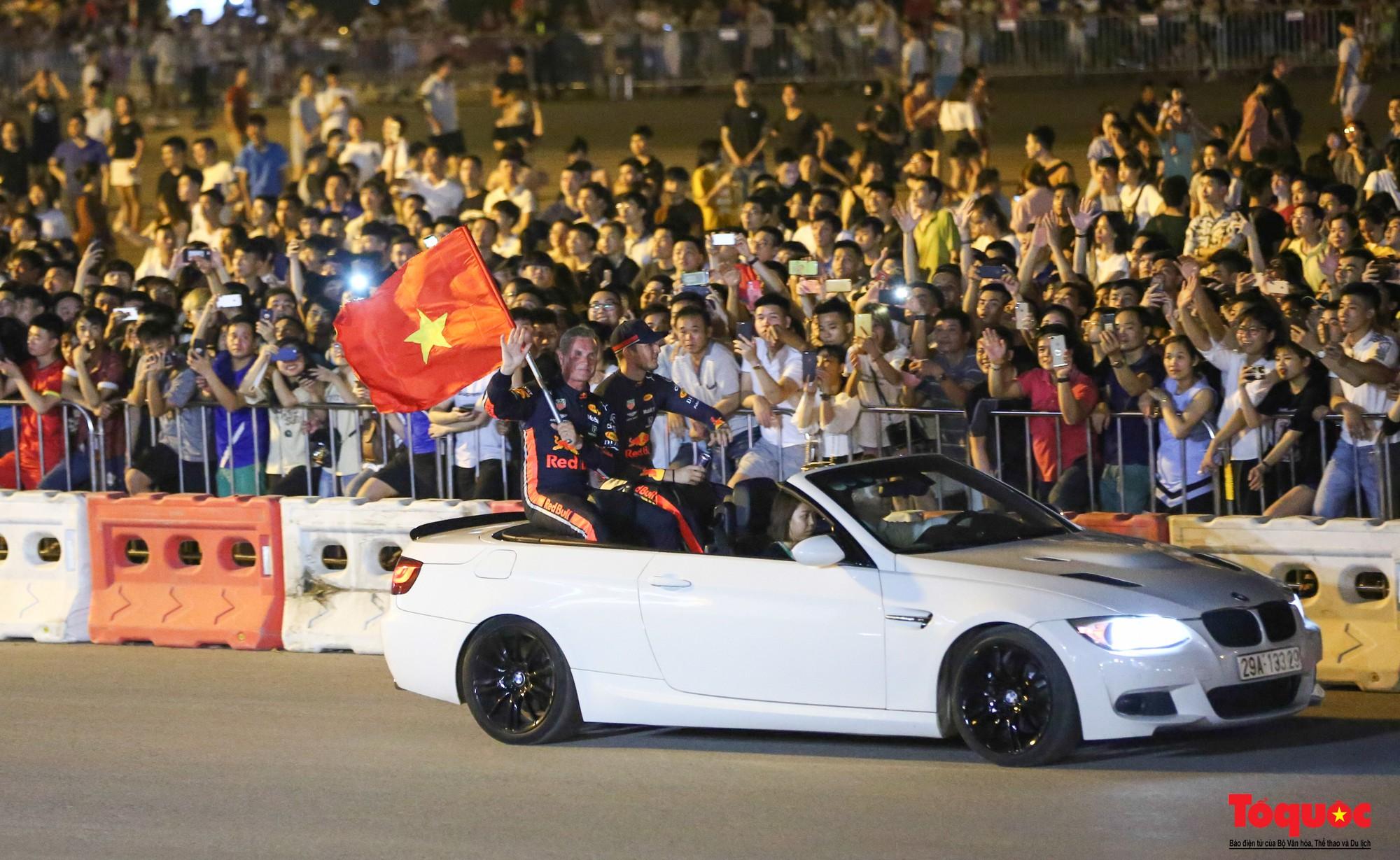 Mãn nhãn với mãnh thú F1 gầm rú và đốt lốp trên đường Hà Nội - Ảnh 29.