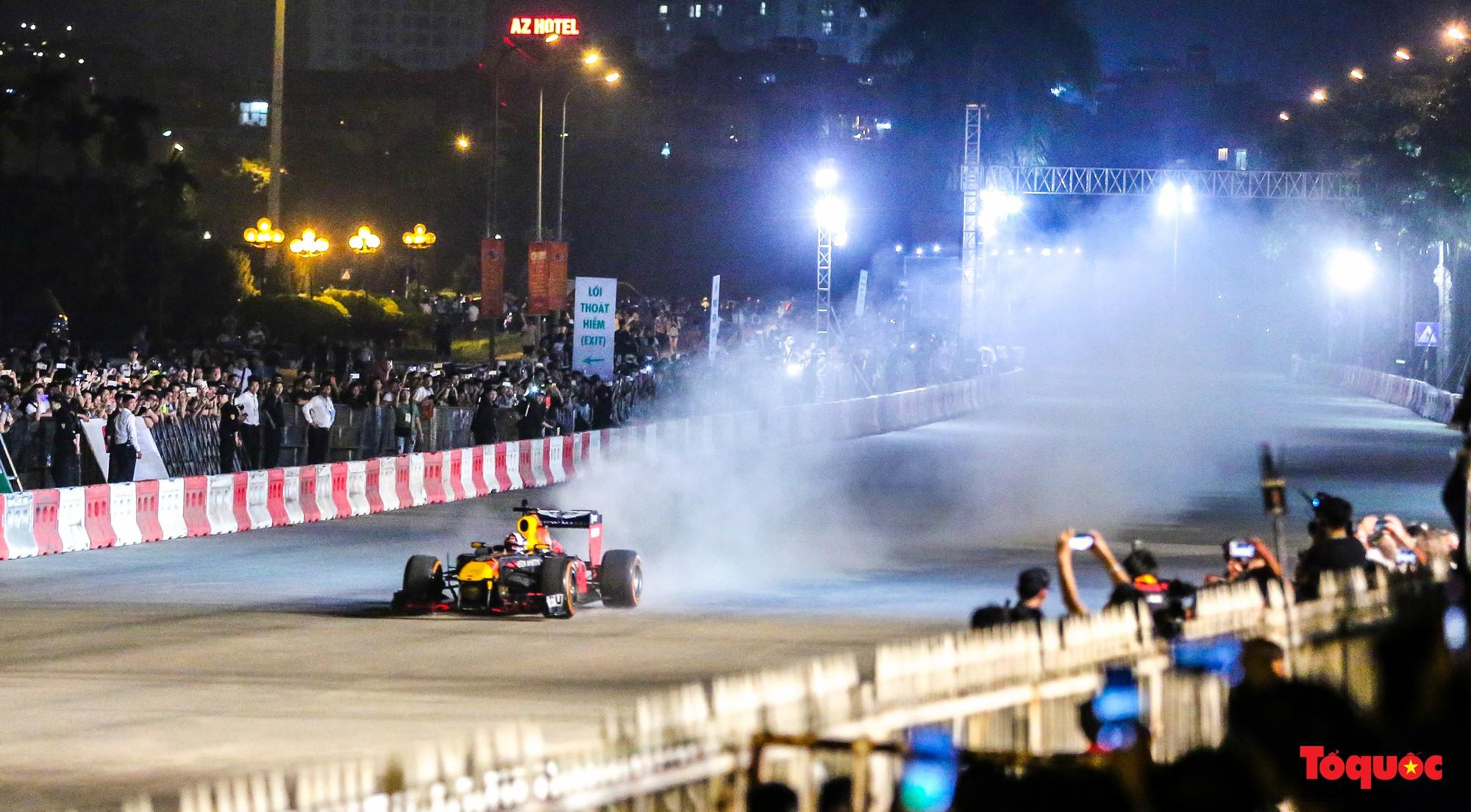 Mãn nhãn với mãnh thú F1 gầm rú và đốt lốp trên đường Hà Nội - Ảnh 2.