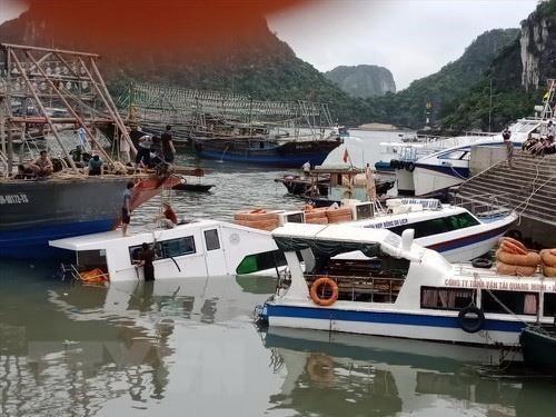 Tàu chở khách du lịch bị chìm tại cảng Cái Rồng, Quảng Ninh - Ảnh 1.