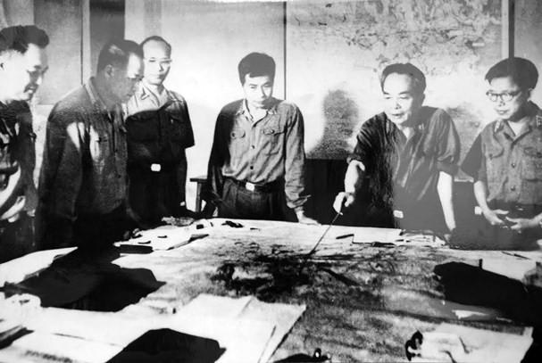 Nhìn lại những hình ảnh lịch sử hào hùng ngày 30/4 giải phóng miền Nam, thống nhất đất nước - Ảnh 1.