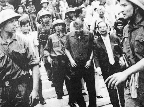 Nhìn lại những hình ảnh lịch sử hào hùng ngày 30/4 giải phóng miền Nam, thống nhất đất nước - Ảnh 10.