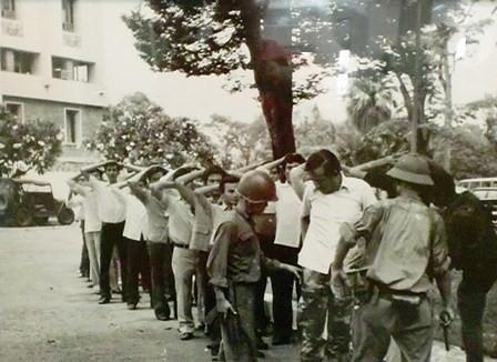 Nhìn lại những hình ảnh lịch sử hào hùng ngày 30/4 giải phóng miền Nam, thống nhất đất nước - Ảnh 11.