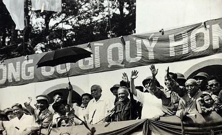 Nhìn lại những hình ảnh lịch sử hào hùng ngày 30/4 giải phóng miền Nam, thống nhất đất nước - Ảnh 13.