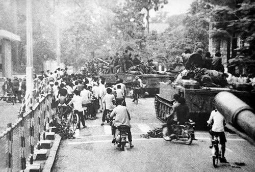 Nhìn lại những hình ảnh lịch sử hào hùng ngày 30/4 giải phóng miền Nam, thống nhất đất nước - Ảnh 4.