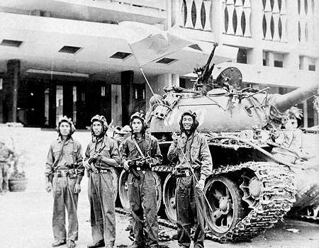 Nhìn lại những hình ảnh lịch sử hào hùng ngày 30/4 giải phóng miền Nam, thống nhất đất nước - Ảnh 7.