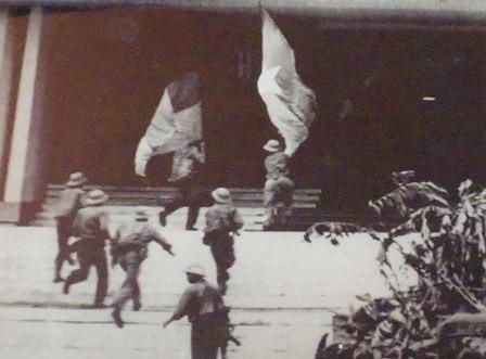 Nhìn lại những hình ảnh lịch sử hào hùng ngày 30/4 giải phóng miền Nam, thống nhất đất nước - Ảnh 8.