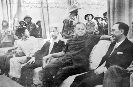 Nhìn lại những hình ảnh lịch sử hào hùng ngày 30/4 giải phóng miền Nam, thống nhất đất nước - Ảnh 9.