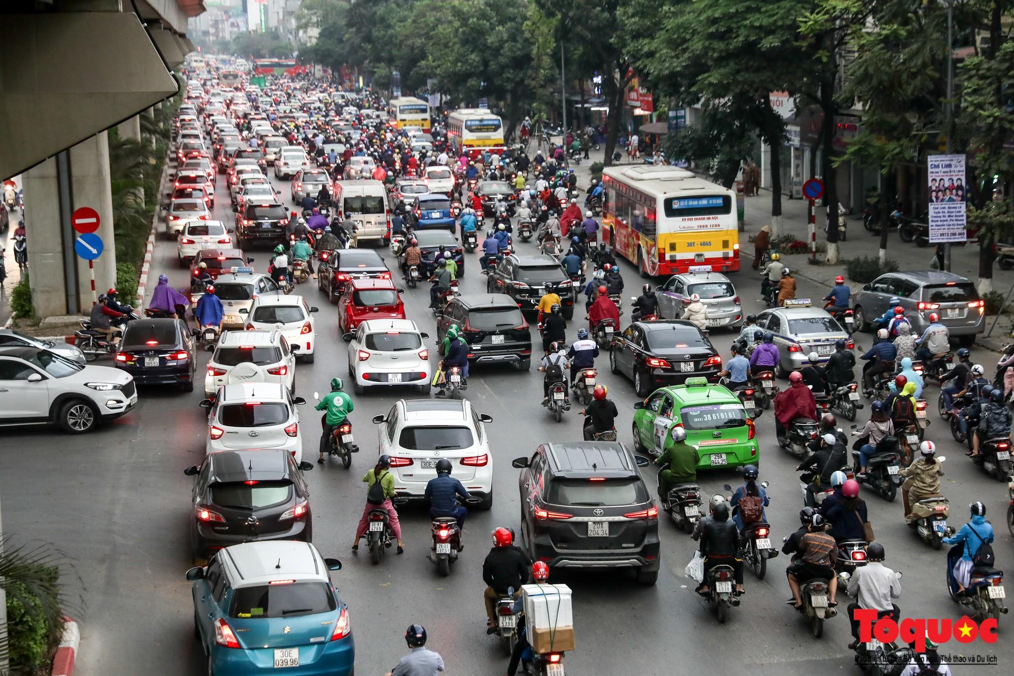 Nhìn những hình ảnh này mới thấy đề xuất cấm xe máy 6 tuyến phố Hà Nội là vô cảm với người dân nghèo - Ảnh 1.