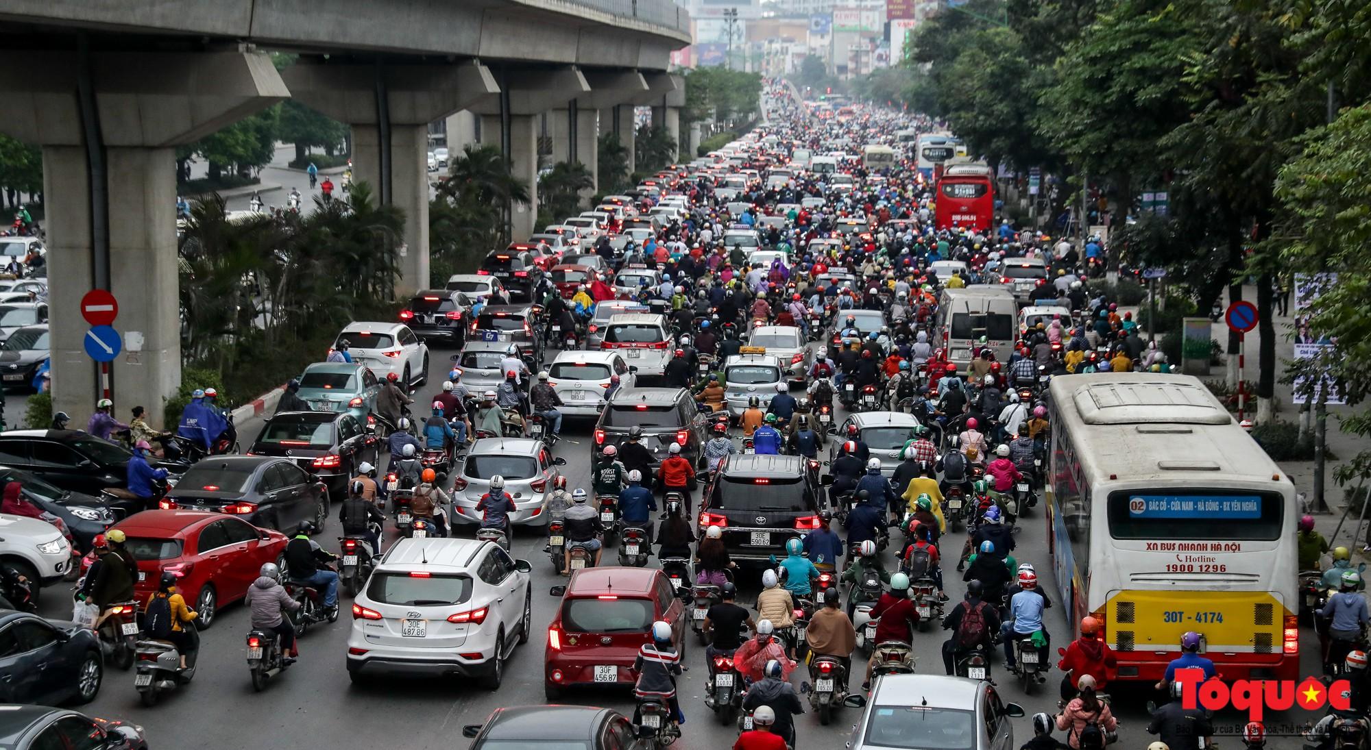 Nhìn những hình ảnh này mới thấy đề xuất cấm xe máy 6 tuyến phố Hà Nội là vô cảm với người dân nghèo - Ảnh 2.