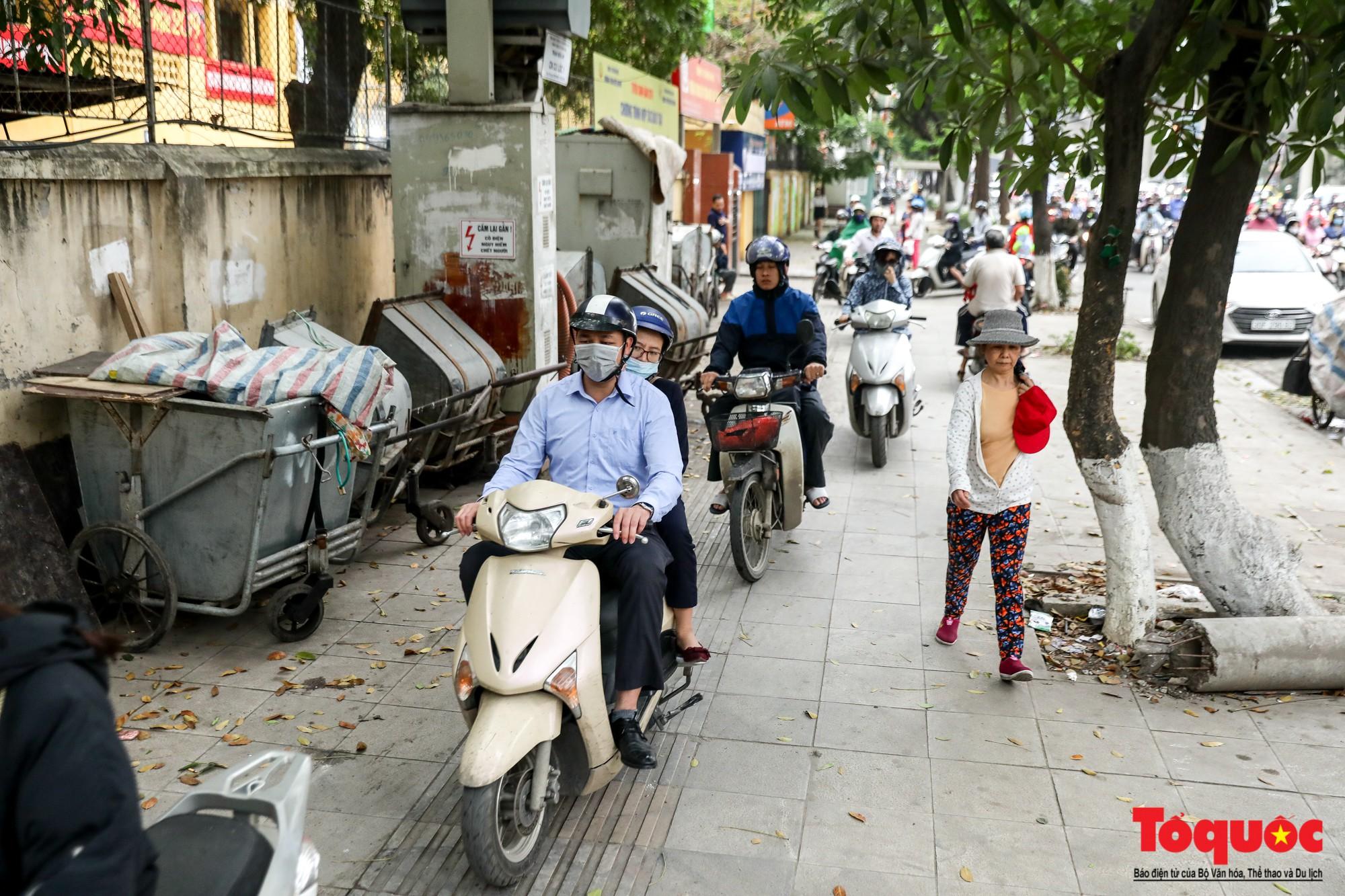 Nhìn những hình ảnh này mới thấy đề xuất cấm xe máy 6 tuyến phố Hà Nội là vô cảm với người dân nghèo - Ảnh 5.