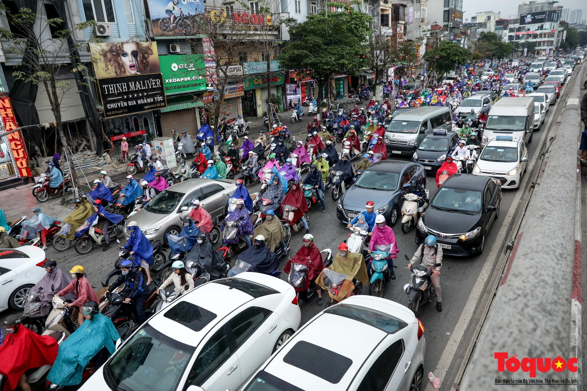 Nhìn những hình ảnh này mới thấy đề xuất cấm xe máy 6 tuyến phố Hà Nội là vô cảm với người dân nghèo - Ảnh 3.
