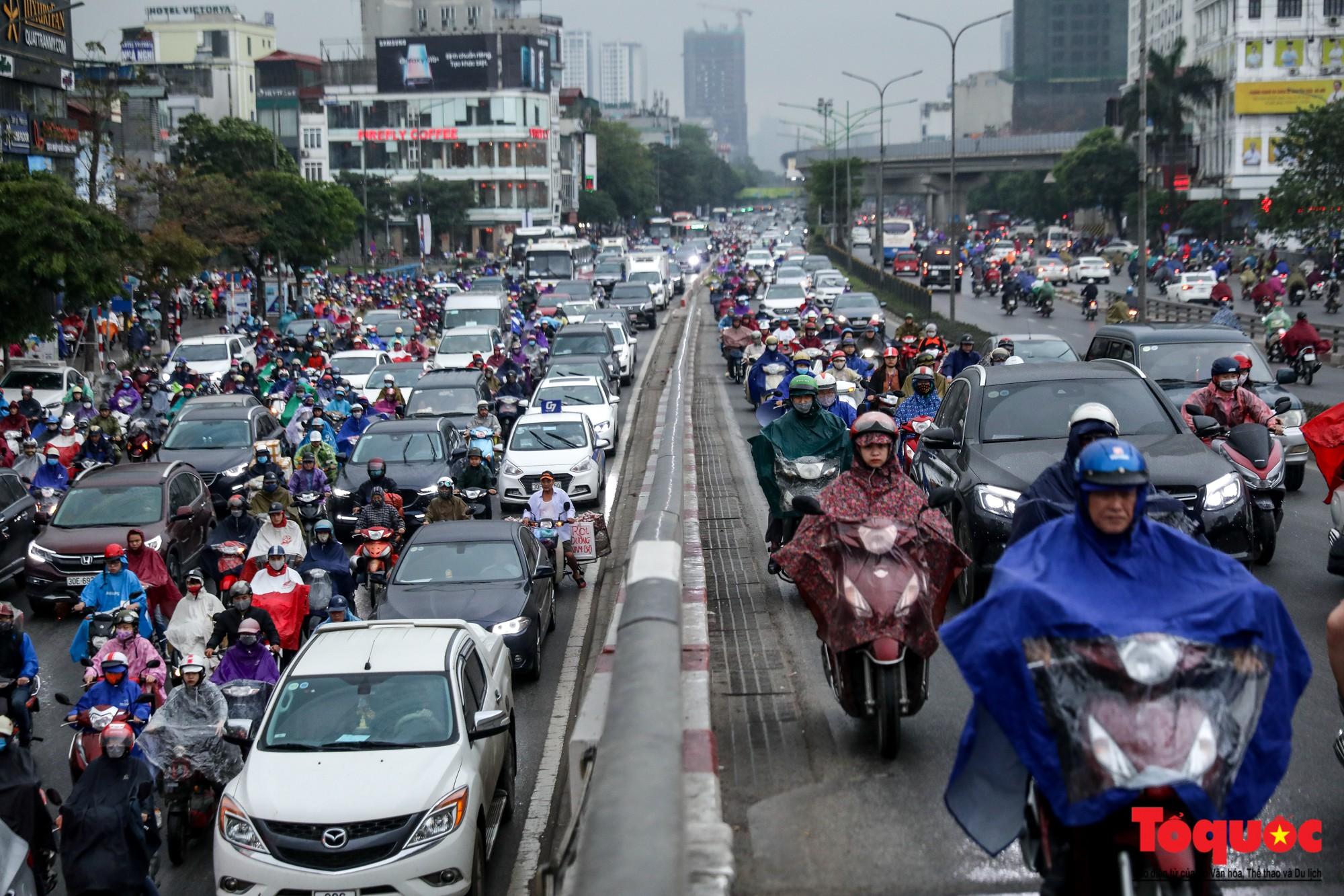 Nhìn những hình ảnh này mới thấy đề xuất cấm xe máy 6 tuyến phố Hà Nội là vô cảm với người dân nghèo - Ảnh 4.