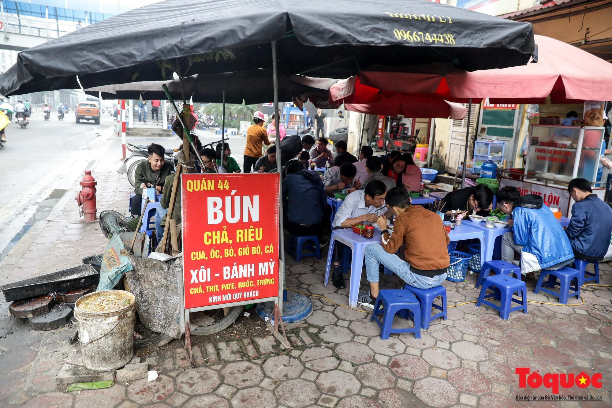 Nhìn những hình ảnh này mới thấy đề xuất cấm xe máy 6 tuyến phố Hà Nội là vô cảm với người dân nghèo - Ảnh 11.