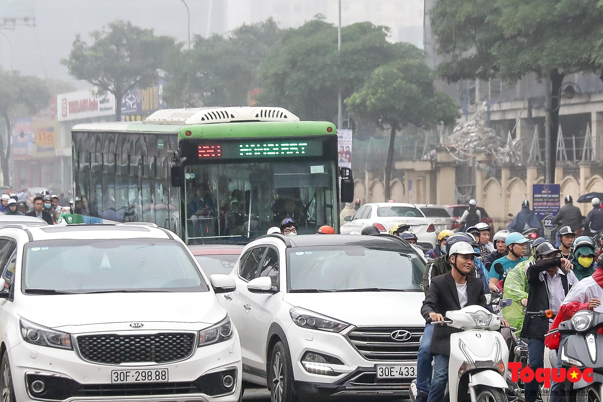 Nhìn những hình ảnh này mới thấy đề xuất cấm xe máy 6 tuyến phố Hà Nội là vô cảm với người dân nghèo - Ảnh 17.