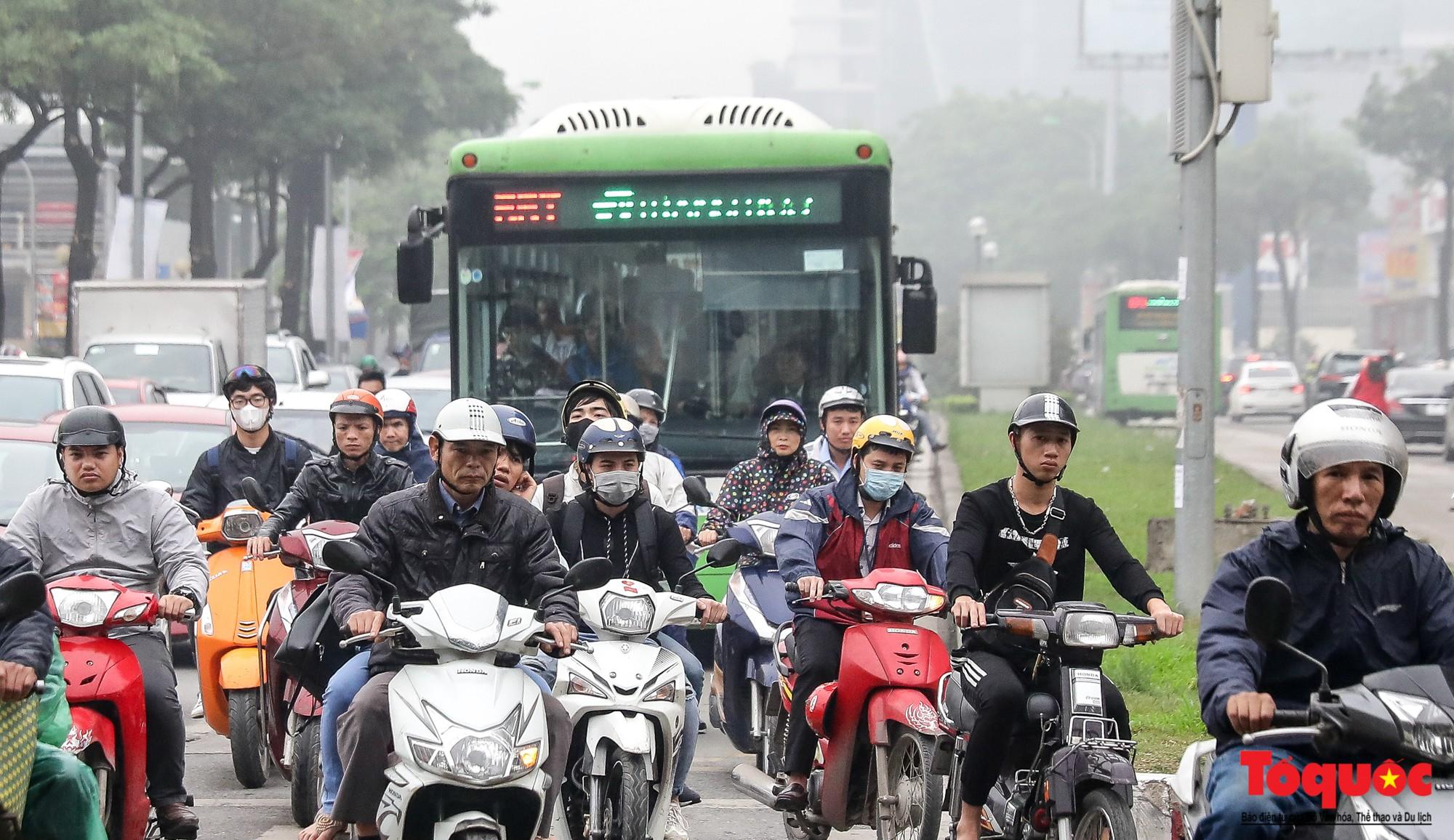 Nhìn những hình ảnh này mới thấy đề xuất cấm xe máy 6 tuyến phố Hà Nội là vô cảm với người dân nghèo - Ảnh 18.